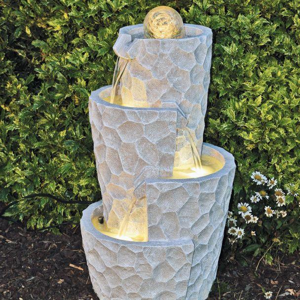 Moderner Spiralbrunnen Meo mit rollender Glaskugel, Pumpe und LED-Beleuchtung